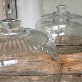 OV20110500 Oude Franse glazen kaasstolpen periode: jaren '60  in perfecte staat! Afmeting ± 15 cm. hoog t/m de greep / 27 cm. doorsnede. Genoemde prijs is per stuk!
