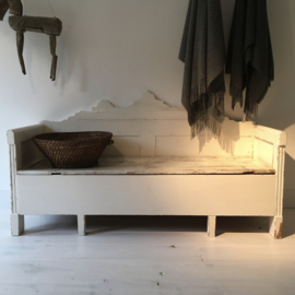 OV20110708 Oude Zweedse klep- / slaapbank in de originele sleets witte kleur. Afmeting: 1.73 mtr. lang / 69 cm. hoog / zithoogte 44 cm. / 57 cm. diep. Alleen ophalen of bezorgen binnen NL tegen vergoeding.