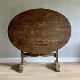 OV20110768 Antieke Franse Vendange tafel van vermoedelijk kastanje hout...in prachtige staat! Afmeting: 118 cm. lang / 74,5 cm. hoog / 85,5 cm. doorsnede. Alleen ophalen op bezorgen binnen NL tegen vergoeding.