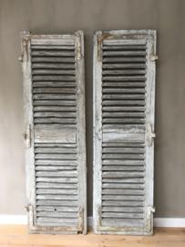 OV20110559 Set oude Franse luiken, prachtig verweerd blauw/grijs Afmeting: 2 mtr. hoog / 59,5 cm. breed (per deel) Alleen ophalen of bezorgen tegen vergoeding.