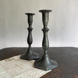 OV20110746 Set oude Franse tinnen kandelaars in prachtige staat! Afmeting: 24,5 cm. hoog / voet: 12 cm. breed