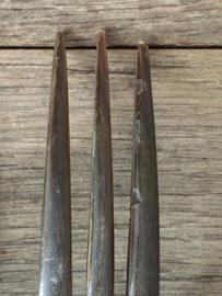 OV20110572 Prachtig oud Frans saladecouvert met verzilverde handvaten voorzien van een monogram  J.V.B verder in zwart/bruin been. De vork mist op één tand een stukje (zie foto) verder in  prachtige staat! Afmeting: +/- 30 cm. lang.