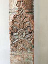 OV20110359 Antieke hardhouten pilaar van een tempel mooi uitgewerkt in verweerd groen patine (land voor oorsprong: Oezbekistan) aangekocht bij een antiquair in Lourmarin Z-Frankrijk. In prachtige staat. Afm: 2.26 mtr. hoog/16 cm. breed. Alleen ophalen.