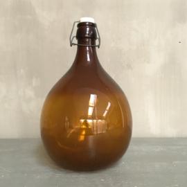 OV20110697 Oude kleine Franse wijnfles met beugelsluiting in prachtige amber kleur  in prachtige staat! Afmeting: +/- 33 cm. hoog / 20 cm. doorsnede.