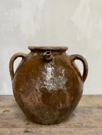 AW20110934 Grote antieke Zuid Franse 18de eeuwse walnotenolie kruik uit de streek Périgord in mooie aardse kleuren. In prachtige verweerde staat! Afmeting: 33 cm. hoog / +/- 33 cm. doorsnede (t/m de grepen).  Alleen ophalen.