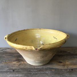 AW20110467 19th century southern French gresalle in typical Provencal yellow color. Once restored with love with staples .... has a hole in the bottom, but still so beautiful .... Size: 19.5 cm high / 41 cm. section.