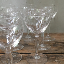 OV20110501 Set van 11 oude Franse glaasjes met prachtig gegraveerd motief. Periode: jaren '20 in perfecte staat! Afmeting: 12,5 cm. hoog /  6 cm. doorsnede