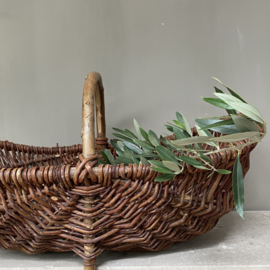 OV20110760 Old French wicker picking basket in beautiful condition! Size : 55.5 cm. long / +/- 17 cm. high (to the handle) / 32.5 cm. cross section.