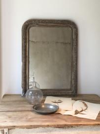 OV20110613 Antieke Franse Louis Philippe stijl spiegel met origineel prachtig verweerde spiegelglas. Profilering lijst van hout met pâtelaag in aardse kleuren. Periode: 19de eeuw /  Afmeting: 80 cm. hoog / 60 cm. breed. Alleen ophalen.