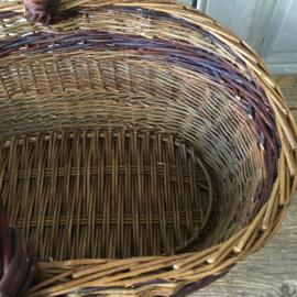 OV20110595 Handgevlochten Deense wilgentenen mand in prachtige staat! Afmeting: 42 cm. lang / 20 cm. hoog / 27,5 cm. doorsnede