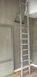 OV20110592 Oude Franse houten schildersladder in prachtig verweerd blauw-grijs de beugel is van ijzer en...in prachtige staat! Heeft wel wat hoogte nodig, want hij is maar liefst 3 meter hoog! Afmeting: 3.05 mtr. hoog / 45 cm. breed. Alleen ophalen.