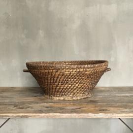 OV20110689 Grote oude Franse olijvenoogst mand van gevlochten riet in mooie staat! Afmeting: 56 cm. doornsnede / 21 cm. hoog.