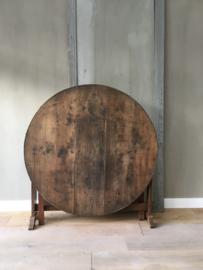 OV20110585 Antieke Franse 'Vendange' wijnoogst tafel van eikenhout in prachtig doorleefde staat. Periode: eind 19de eeuw. Afmeting: 67 cm. hoog / 1,05 mtr. doorsnede. Ophalen of bezorgen tegen vergoeding.