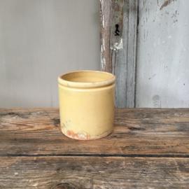 AW20110523(C) Oud Frans confiturepotje in zachtgele kleur en in mooie staat! Afmeting: 9,5 cm. hoog / 9,5 cm. doorsnede.