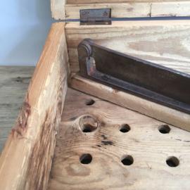 OV20110616 Antieke Zweedse houten suikerkist, werd gebruikt voor het breken van de suikerbroden. De suiker werd dan opgevangen in de schuiflade. Periode: 19de eeuw. In prachtige staat met origineel hakmes. Afm: 37 cm. lang / 15,5 c. hoog / 24,5 cm. breed