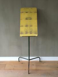 OV20110429 Unieke oude Franse standaard met oorkonde voor gewonnen prijs voor de beste pruimen. Onderstel van ijzer, leesgedeelte van hout. In prachtige staat! / Afmeting: 1.18 mtr. hoog. Alleen ophalen.