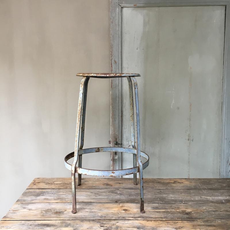 OV20110481 Stoere oude metalen Franse atelier kruk uit Parijs. Prachtig blauw patine in zeer mooi staat!/ Afmeting: 72 cm. hoog / 35 cm. doorsnede. Alleen ophalen.