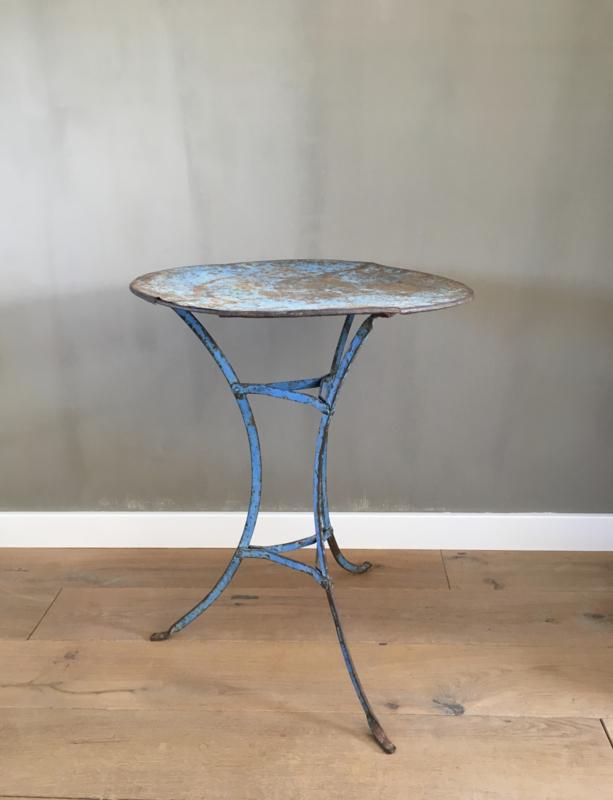 BU20110087 Oud Frans bistrotafeltje in de originele prachtig blauw patina in mooie staat! Afmeting: 71,5 cm. hoog / 55 cm. doorsnede. Alleen ophalen.