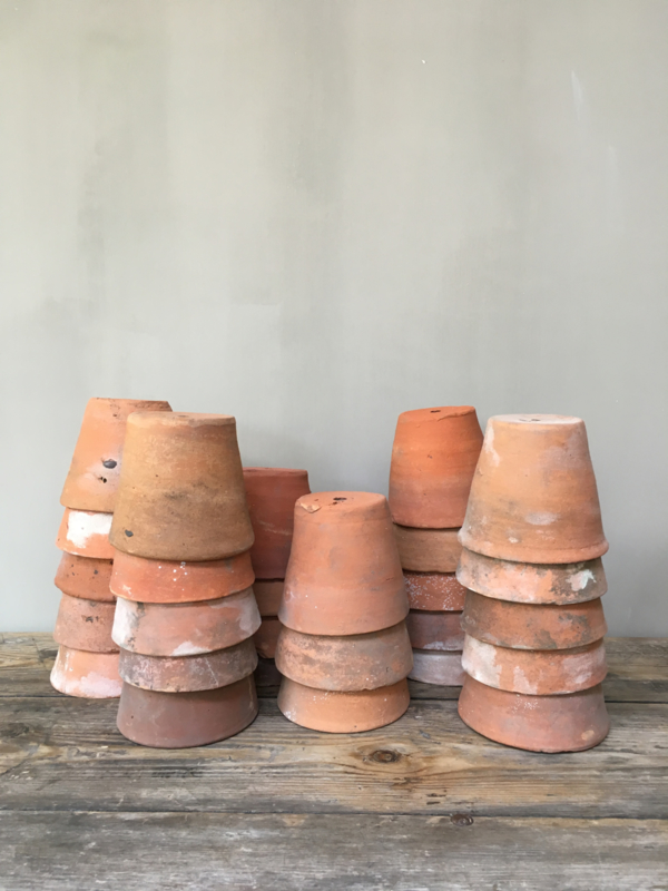 BU20110078 Oude Belgische kweekpotten van aardewerk. Afmeting: +/- 11 cm. hoog / +-/ 11,5 cm. doorsnede. Ze zijn handgemaakt dus niet allemaal gelijk in maat.