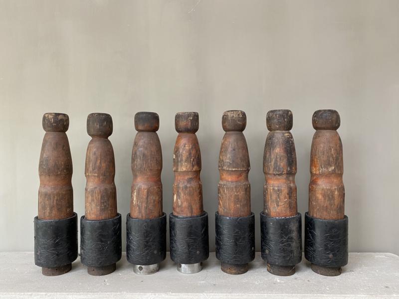 OV20110371 Set van 7 oude stoere Franse kegels van hout in mooi verweerde aardse kleur in goede staat! / Afmeting: +/- 44,5 cm. hoog / +/- 9 cm. doorsnede.