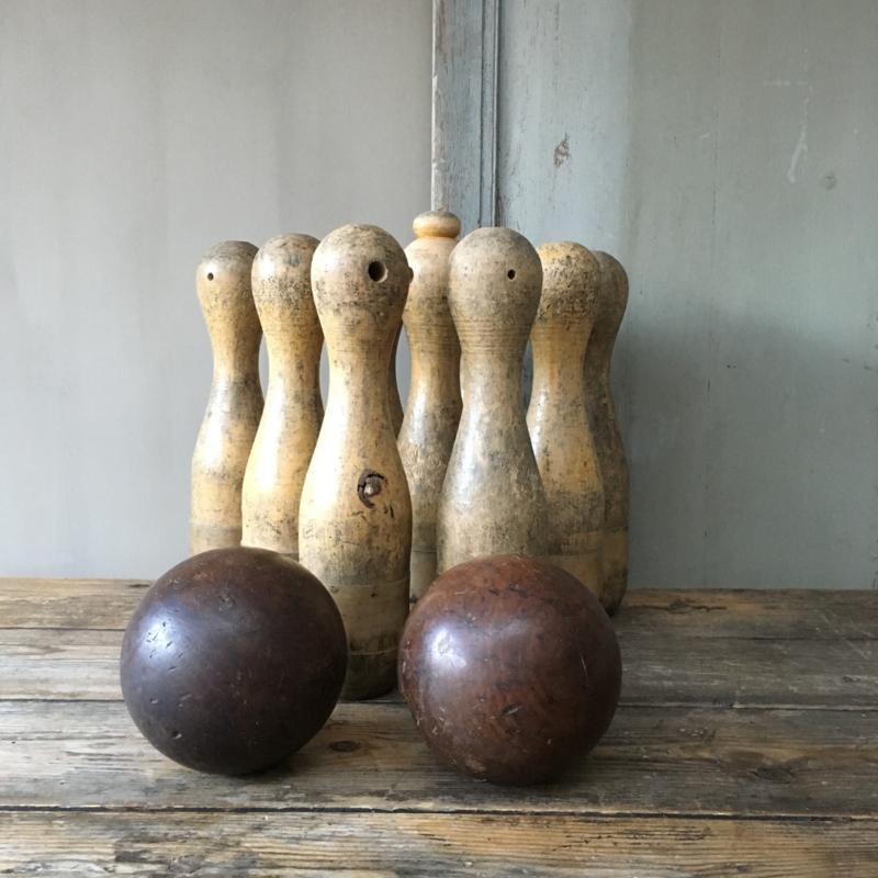OV20110576 Set van 9 oude Belgische kegels in prachtig patine inclusief 2 bijbehorende werpballen, geheel in prachtige staat! Afmeting: 40 cm. hoog / 7,5 doorsnede. Ophalen of verzending via koerier mogelijk (kosten op aanvraag)