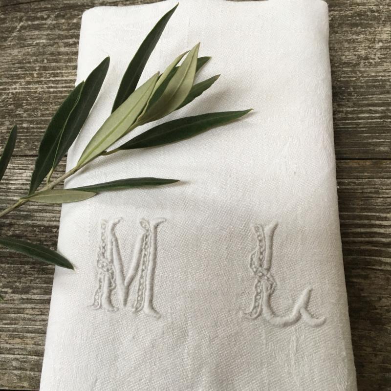 LI20110024  Set van 11 oude Franse servetten van damast met monogram ~ M L ~ in prachtige staat! / Afmeting: 77 x 66 cm.