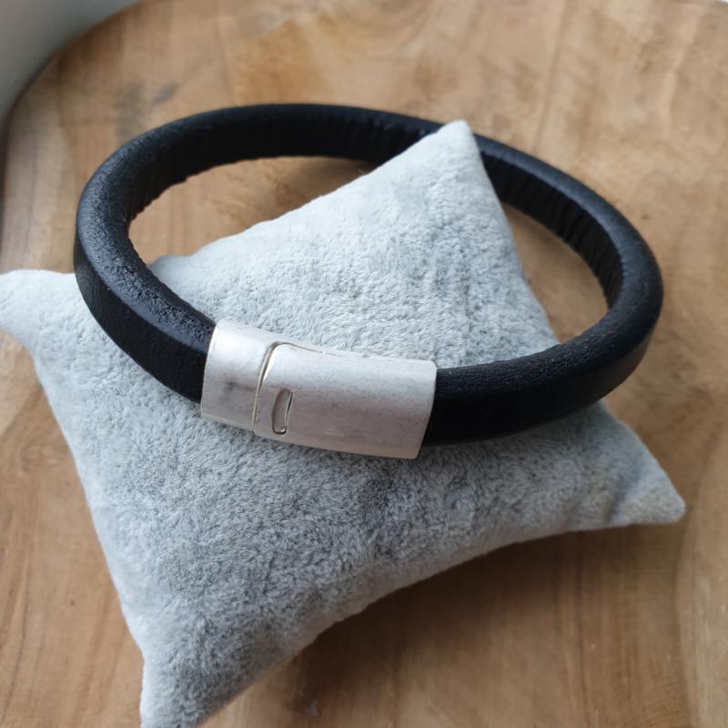 Zwarte heren armband met mat zilveren magneetsluiting.