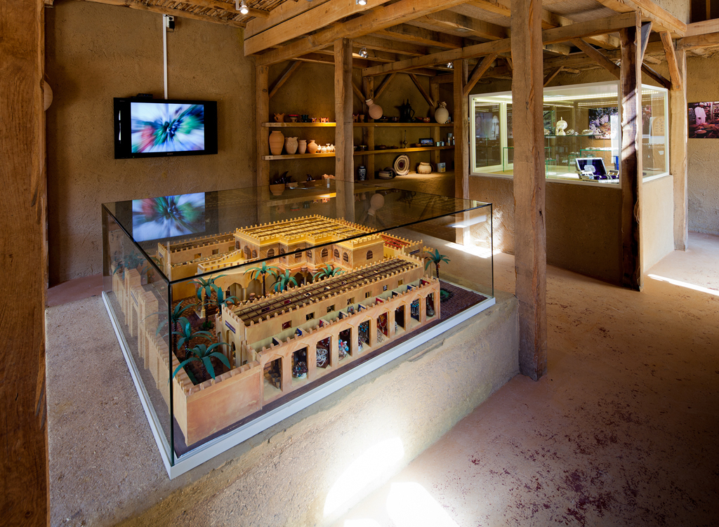 Museum vitrine (18).jpg