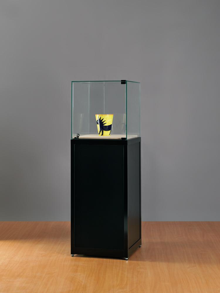 sokkel-vitrine-500x500x1500-draaideur-RAL-9005-zwart.jpg