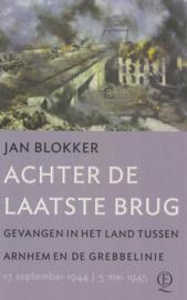 Achter de laatste brug - Gevangen in het land tussen Arnhem en de Grebbelinie (gesigneerd)