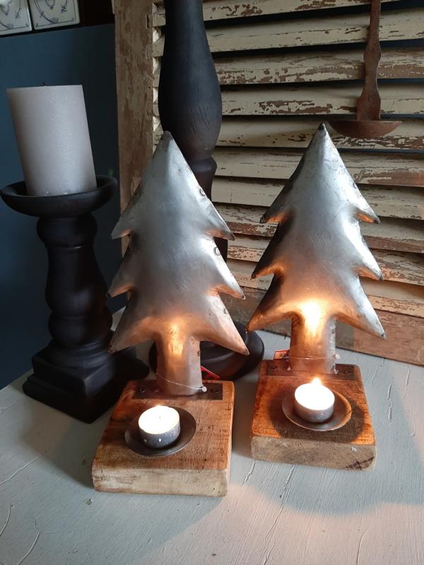 ijzeren kerstboompje op hout