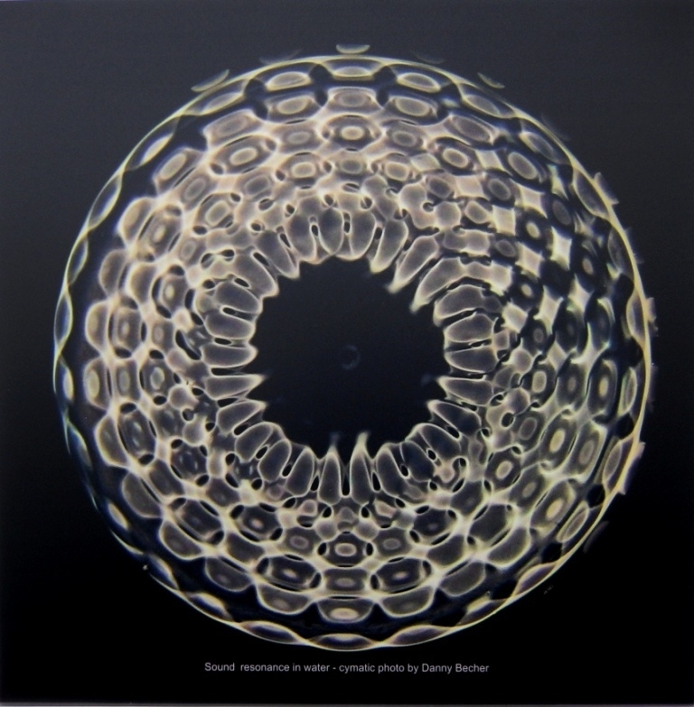 19 Cymatic photo - Message 2152 104 hz on Aluminium 60 x 60 cm