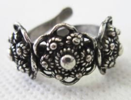 ZKR320 verstelbare ring met 3 fijne zeeuwse knopjes met oogjesrand erop, een maat, buigzaam