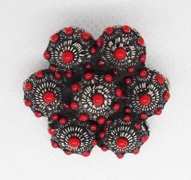 ZKB 913-R 7-zeeuwse knoopjes broche verzilverd, 3 cm doorsnede met rode emaille