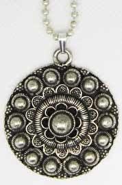 ZKH613 Zeeuwse knop hanger 4 cm doorsnede met lange en korte bolletjesketting
