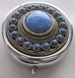 ZKG437-MC1 zeeuwse knop zwaar verzilverd met blauwe emaille op pillendoosje met spiegel