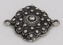 ZB 036 zeeuws ruitje met twee ogen aan smalste kant, lengte ong 3 cm