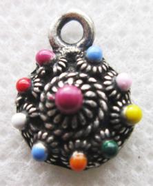 ZB003-MC klein maar fijn zeeuws knopje zwaar verzilverd met vrolijke emaille kleuren
