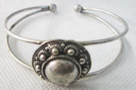 Buigarmband elegante zeeuwse knop verzilverd ZKA516