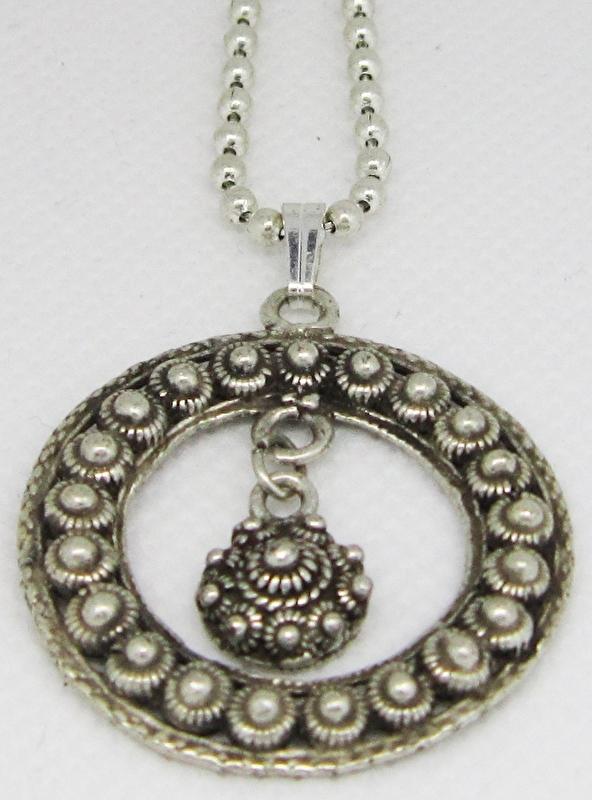 ZKH606 Zeeuwse knop ketting ring met zeeuwse knoopjes en los zeeuws knopje erin.
