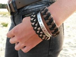 Paracord bracelets zijn perfect te combineren met de custom made tekst armbanden.
