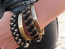 Onze tekst armbanden zijn ook prima te combineren met de paracord bracelets.