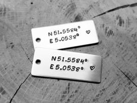 Aluminium hangertje met coördinaten voor Nicole