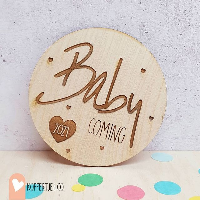 Zwangerschapsaankondiging | Houten schijfje Baby is coming