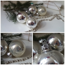 Set verweerde kerstballen!