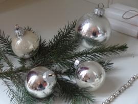 Set verweerde kerstballen