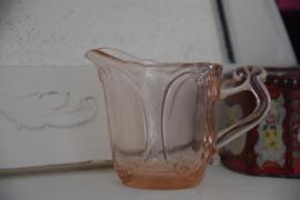 Roze glazen kannetje