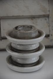Oude porseleinen isolator