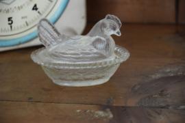 Brocante kip op nest van glas