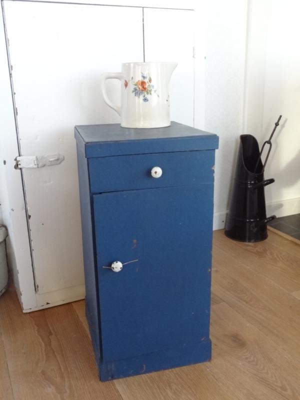 Oud blauw kastje!
